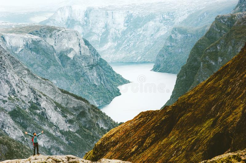 Αυξημένα άτομο χέρια τυχοδιωκτών που ταξιδεύουν σε Naeroyfjord στοκ φωτογραφίες