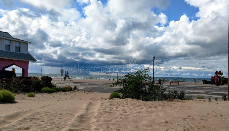 Αυξομειούμενα άσπρα σύννεφα πέρα από την παραλία του Μίτσιγκαν λιμνών στοκ φωτογραφία με δικαίωμα ελεύθερης χρήσης