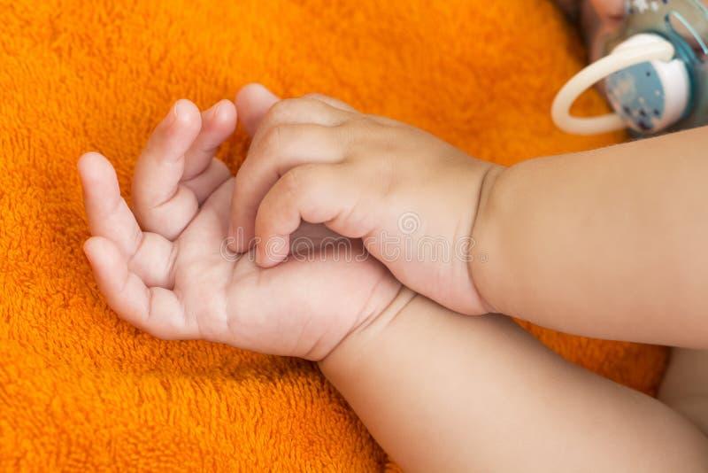 Αυξομειούμενα χέρια μωρών ` s στοκ εικόνες