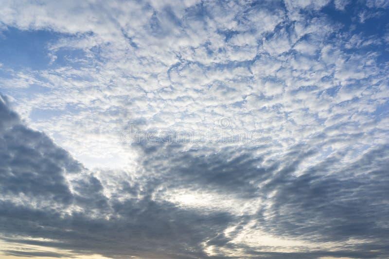 Αυξομειούμενος άσπρος νεφελώδης στο μπλε ουρανό στο υπόβαθρο φύσης πρωινού στοκ φωτογραφίες με δικαίωμα ελεύθερης χρήσης