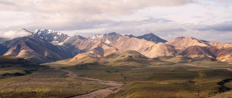 Αυξομειούμενο εθνικό πάρκο Denali σειράς της Αλάσκας μπλε ουρανού σύννεφων στοκ φωτογραφία με δικαίωμα ελεύθερης χρήσης