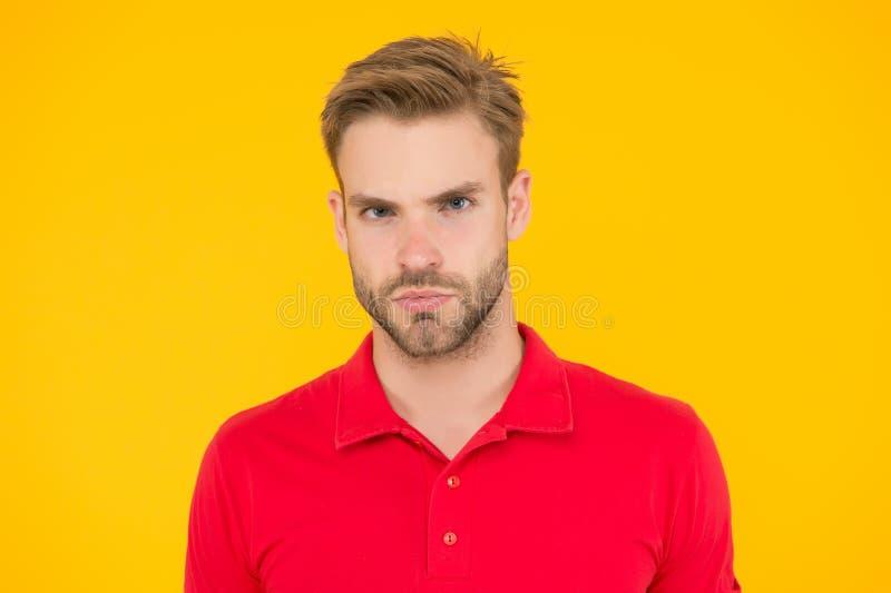 Αυστηρή ματιά Όμορφος άντρας ξυρισμένος και κομψά μαλλιά Καυκάσιος με κίτρινο φόντο Άντρας με γενειάδα σε περιστασιακή κατάσταση στοκ εικόνες με δικαίωμα ελεύθερης χρήσης