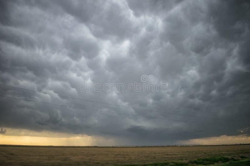 Αυστηρή προειδοποιημένη καταιγίδα πέρα από τις υψηλές πεδιάδες του δυτικού Κάνσας, κοντά στην πόλη κήπων στοκ εικόνα