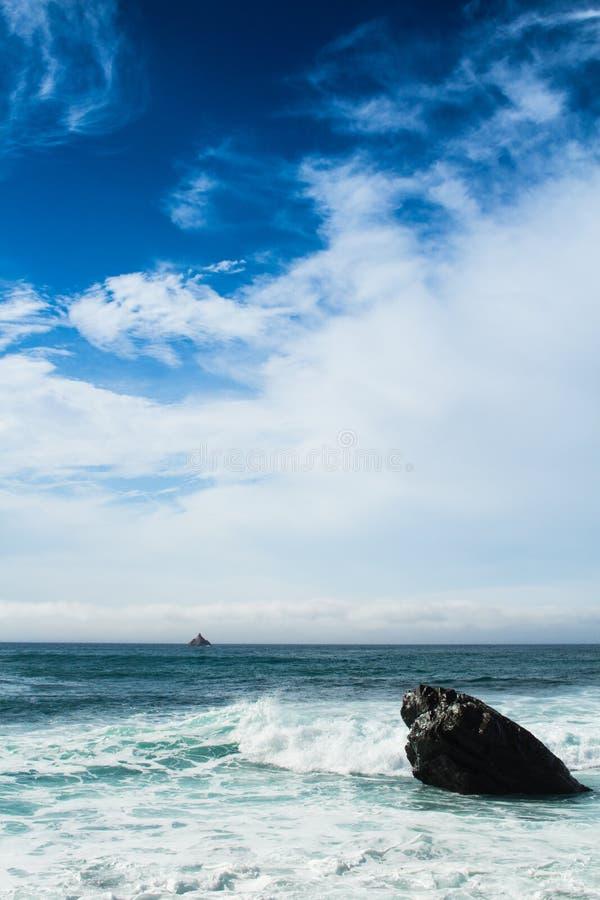 Αυστηρή ωκεάνια σκηνή βράχου στοκ φωτογραφία με δικαίωμα ελεύθερης χρήσης