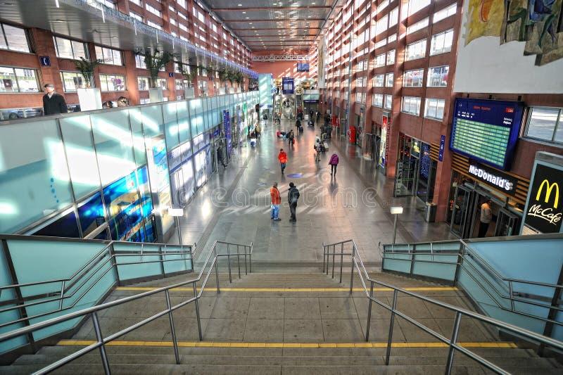 Αυστρία Ίνσμπρουκ μέσα στο τραίνο σταθμών ανθρώπων στοκ φωτογραφία με δικαίωμα ελεύθερης χρήσης