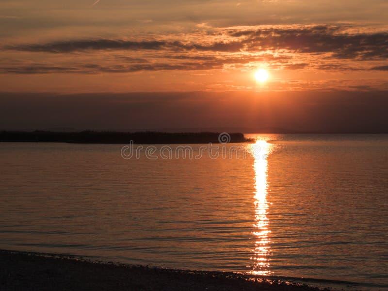 Αυστρία - ηλιοβασίλεμα από τη λίμνη στοκ εικόνα