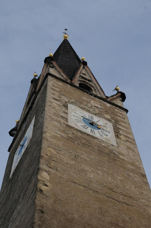 Αυστρία: Ο πύργος ρολογιών εκκλησιών στην παλαιά πόλη Kitzbà ¼ hel στοκ εικόνες