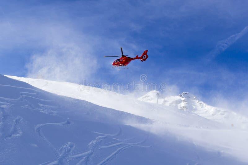 Αυστρία Zillertal - 5 Φεβρουαρίου 2019: Ελικόπτερο διάσωσης βουνών Κόκκινο ελικόπτερο που πετά στο βουνό Άλπεων το χειμώνα, Αυστρ στοκ φωτογραφία