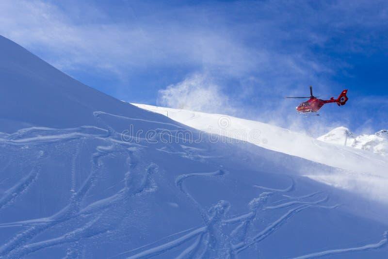 Αυστρία Zillertal - 5 Φεβρουαρίου 2019: Ελικόπτερο διάσωσης βουνών Κόκκινο ελικόπτερο που πετά στο βουνό Άλπεων το χειμώνα, Αυστρ στοκ εικόνα