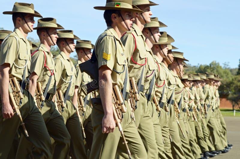 Αυστραλιανοί diggers στρατού που βαδίζουν την ημέρα Anzac παρελάσεων στοκ φωτογραφία