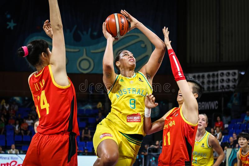 Αυστραλιανό παίχτης μπάσκετ, Liz Cambage, στη δράση κατά τη διάρκεια της αντιστοιχίας ΑΥΣΤΡΑΛΙΑ καλαθοσφαίρισης εναντίον της ΚΙΝΑ στοκ φωτογραφίες
