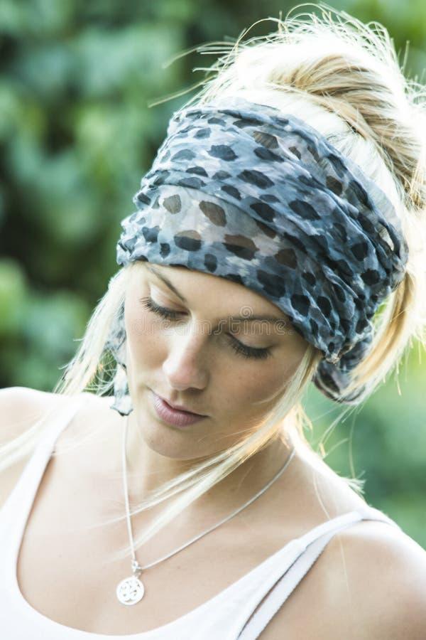 Αυστραλιανή ομορφιά με τα μακριά ξανθά μαλλιά με το μαντίλι στοκ φωτογραφία με δικαίωμα ελεύθερης χρήσης