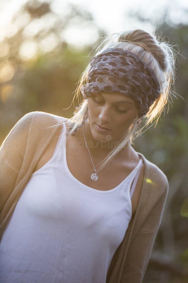 Αυστραλιανή ομορφιά με τα μακριά ξανθά μαλλιά σε ένα μαντίλι στοκ εικόνες