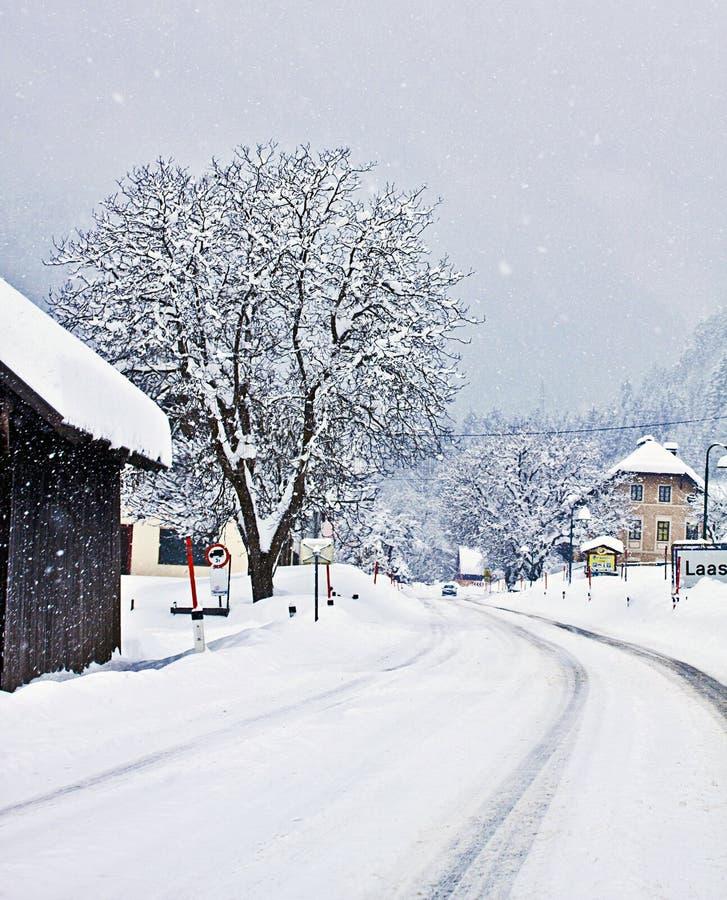 Αυστριακή αλπική διαδρομή στο χειμώνα με τις χιονοπτώσεις στοκ εικόνες