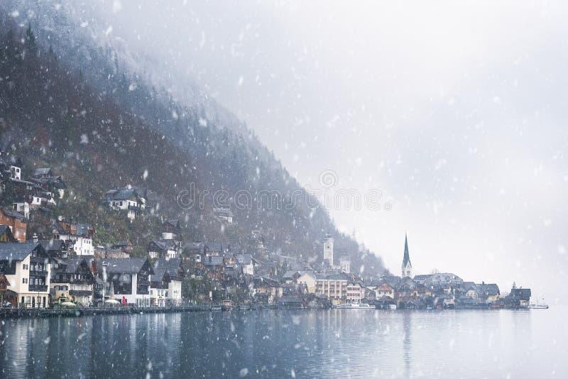 Αυστριακή πόλη βουνών κάτω από τις χιονοπτώσεις στοκ εικόνες