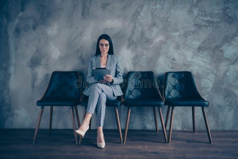 Αυτή αυτή ελκυστικός μοντέρνος καθιερώνων τη μόδα κομψός γυναικείος περιμένοντας διορισμός brunette διευθυντή διευθυντών ανώτατων στοκ φωτογραφία