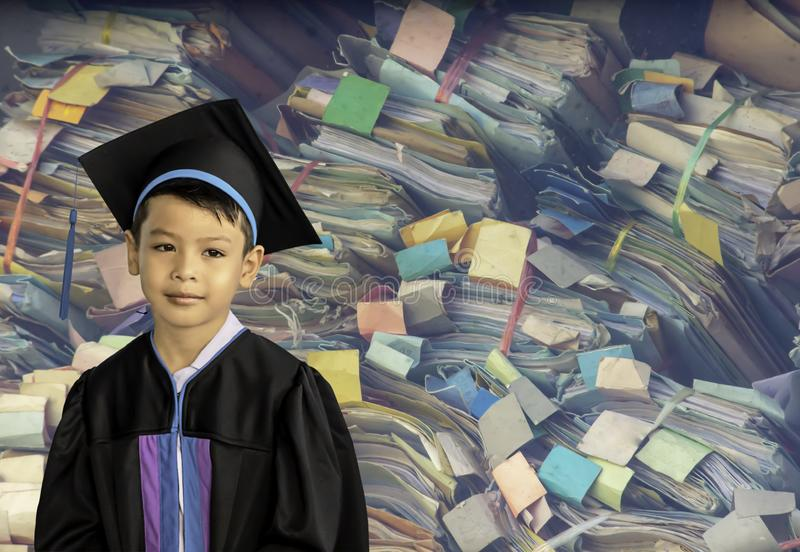 Το αγόρι που βαθμολογείται από τον παιδικό σταθμό Αυτή η μελέτη είναι η πρώτη για να προωθήσει στον επόμενο ζωηρόχρωμο φάκελο υπο στοκ φωτογραφία