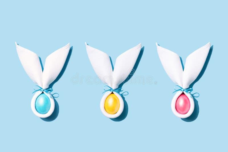 Αυτιά λαγουδάκι Πάσχας με το αυγό στο μπλε υπόβαθρο στοκ εικόνα με δικαίωμα ελεύθερης χρήσης