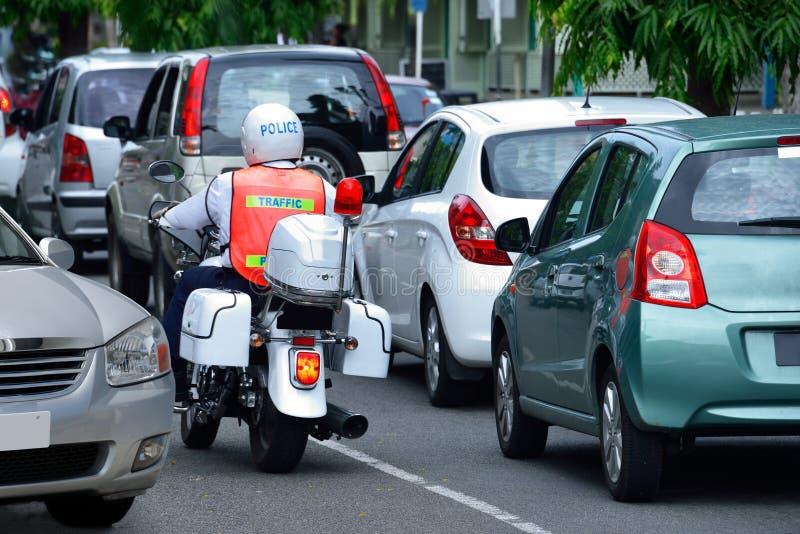 Αυτοκίνητα & αστυνομικός στην κυκλοφοριακή συμφόρηση στοκ εικόνες