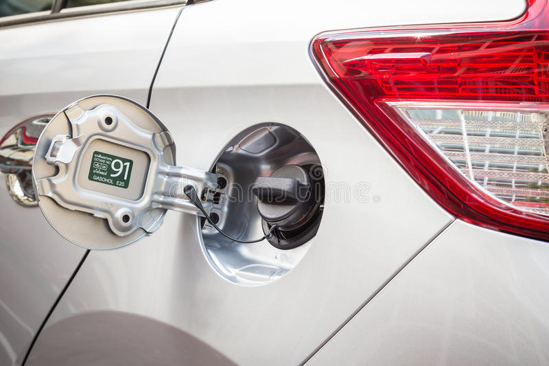 Αυτοκίνητα δεξαμενών πετρελαίου ΚΑΠ, κάλυψη βενζίνης ΚΑΠ στο ασημένιο αυτοκίνητο στοκ φωτογραφίες με δικαίωμα ελεύθερης χρήσης
