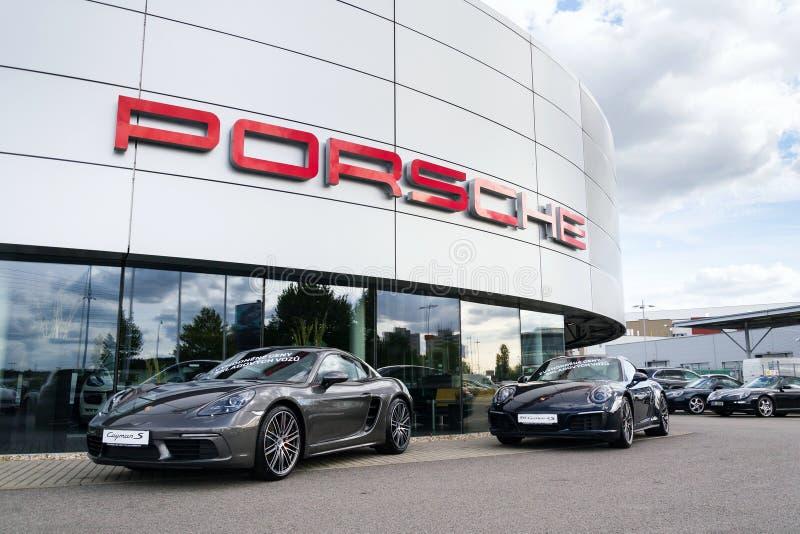 Αυτοκίνητα μπροστά από το αυτοκίνητο κτήριο αντιπροσώπων επιχείρησης της Porsche στοκ φωτογραφίες με δικαίωμα ελεύθερης χρήσης