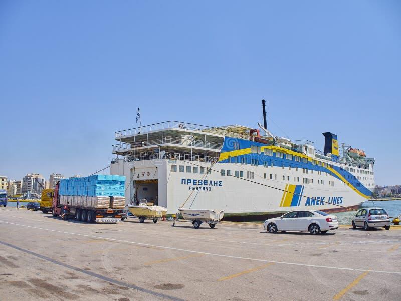 Αυτοκίνητα που επιβιβάζονται σε ένα πορθμείο Λιμένας του Πειραιά Περιοχή της Αττικής, της Ελλάδας στοκ εικόνες