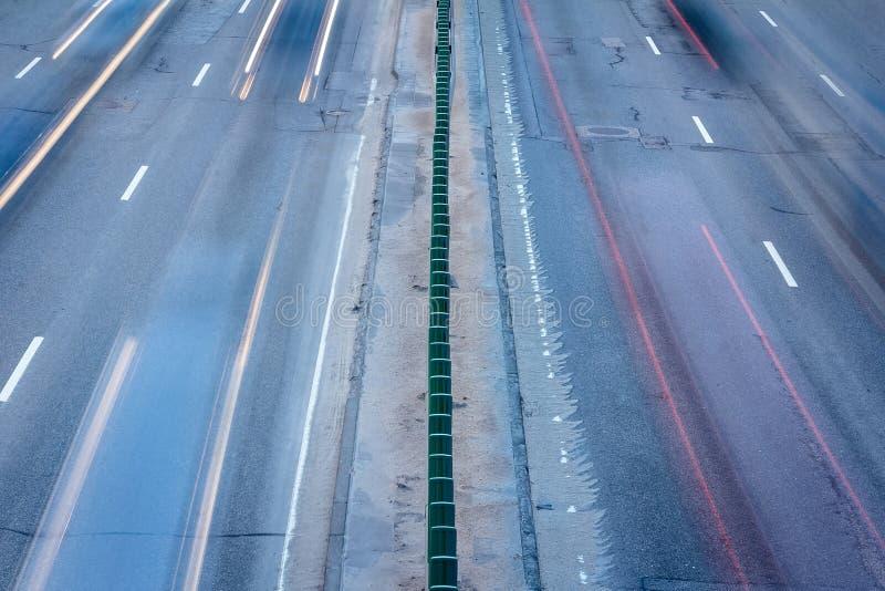 Αυτοκίνητα που κινούνται κατά τη διάρκεια των ωρών κυκλοφοριακής αιχμής άνωθεν Μακρύ photogra έκθεσης στοκ εικόνες με δικαίωμα ελεύθερης χρήσης