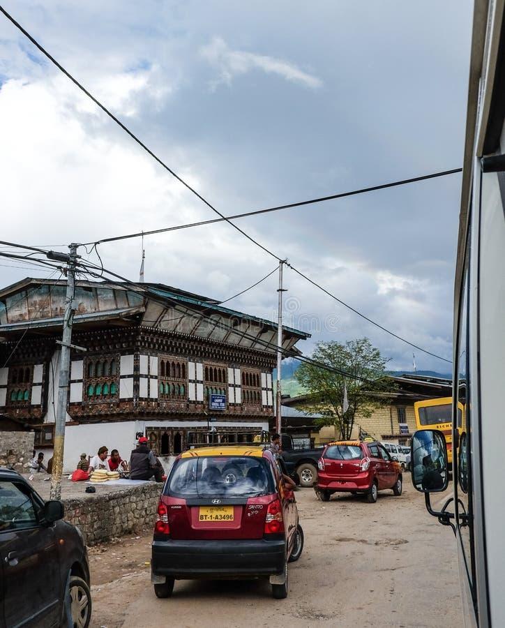 Αυτοκίνητα που οργανώνονται στην οδό σε Paro, Μπουτάν στοκ φωτογραφίες
