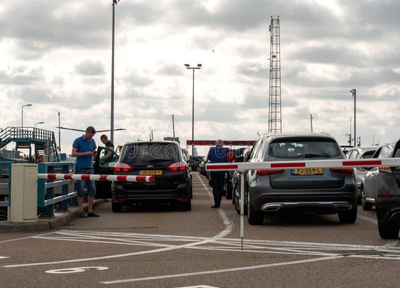 Αυτοκίνητα που περιμένουν την τροφή στο πορθμείο στοκ εικόνες