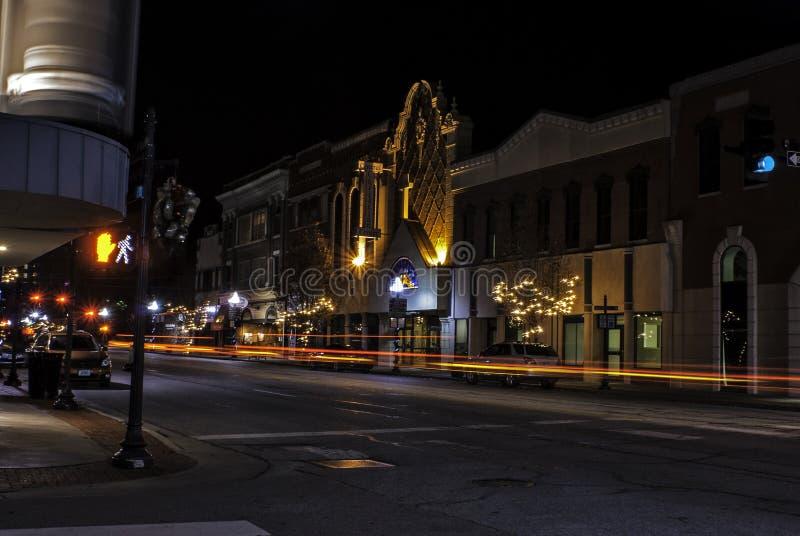 Αυτοκίνητα που περνούν από σε στο κέντρο της πόλης Joplin, Μισσούρι κατά τη διάρκεια του χρόνου Χριστουγέννων στοκ εικόνα με δικαίωμα ελεύθερης χρήσης