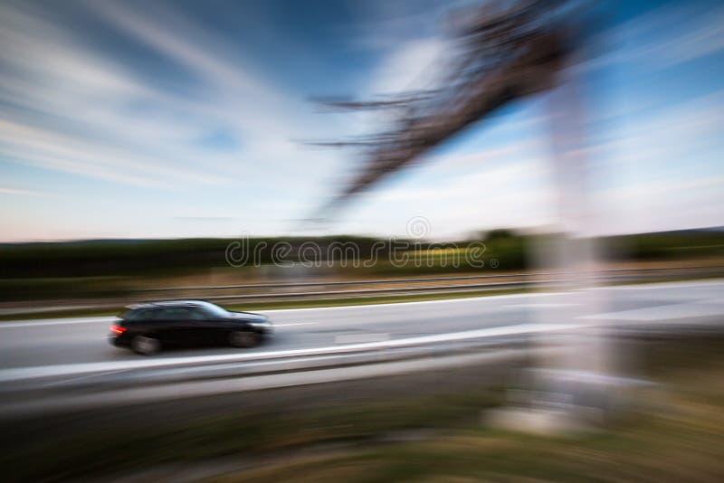 Αυτοκίνητα που πηγαίνουν γρήγορα σε μια εθνική οδό στοκ εικόνα με δικαίωμα ελεύθερης χρήσης