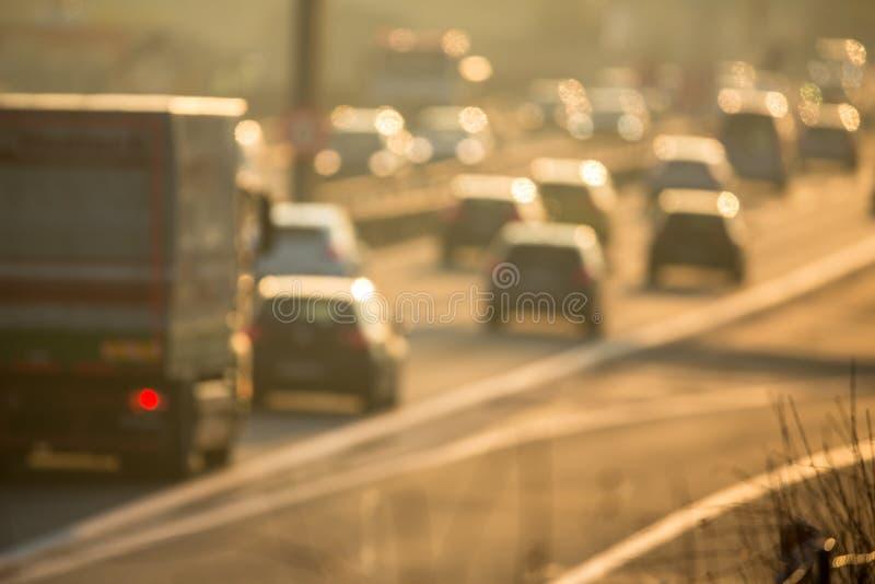 Αυτοκίνητα που πηγαίνουν πολύ αργά σε μια κυκλοφοριακή συμφόρηση κατά τη διάρκεια του πρωινού rushhour στοκ φωτογραφία με δικαίωμα ελεύθερης χρήσης