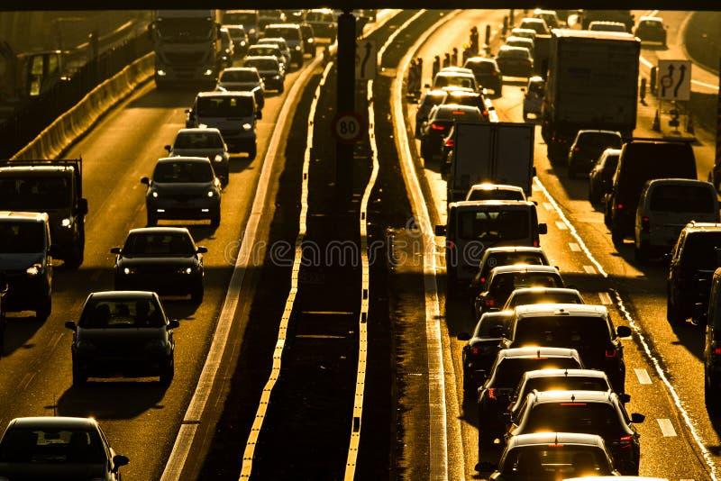 Αυτοκίνητα που πηγαίνουν πολύ αργά σε μια κυκλοφοριακή συμφόρηση κατά τη διάρκεια του πρωινού rushhour στοκ φωτογραφίες με δικαίωμα ελεύθερης χρήσης