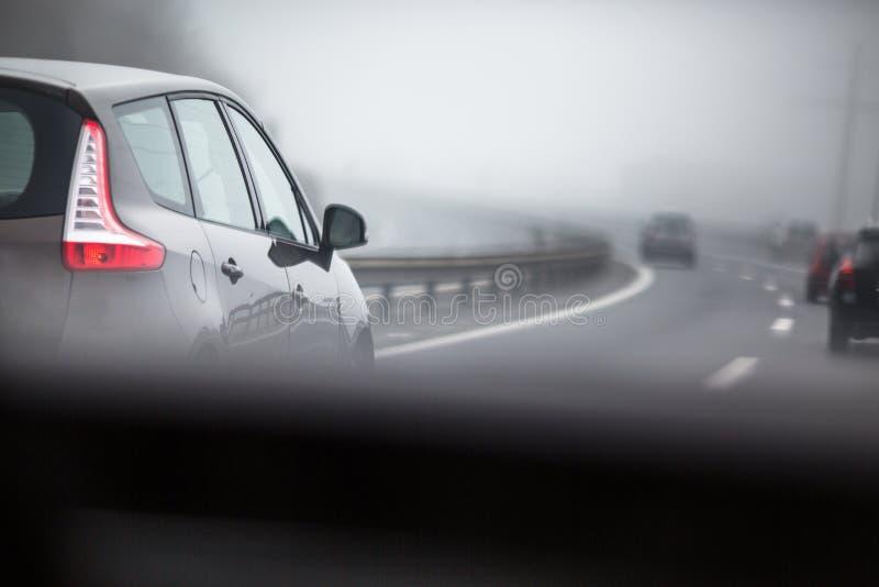 Αυτοκίνητα που πηγαίνουν σε μια εθνική οδό στοκ φωτογραφίες