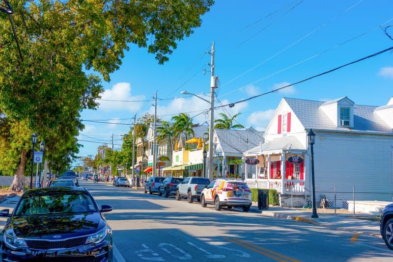 Αυτοκίνητα που σταθμεύουν στην όμορφη οδό Duval στοκ φωτογραφία