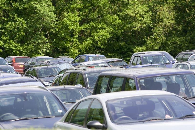 αυτοκίνητα που σταθμεύ&omicr στοκ εικόνες με δικαίωμα ελεύθερης χρήσης