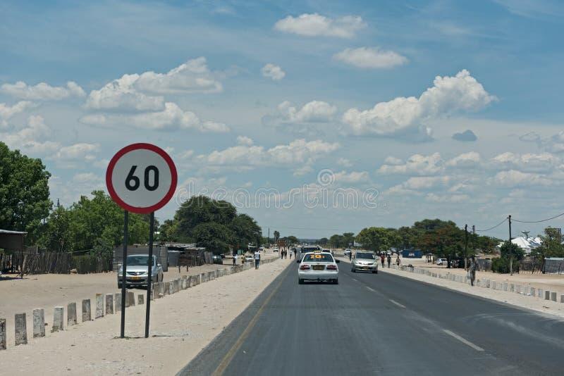 Αυτοκίνητα σε έναν κεντρικό δρόμο στην πόλη Rundu στο βόρειο τμήμα της Ναμίμπια στοκ εικόνες με δικαίωμα ελεύθερης χρήσης
