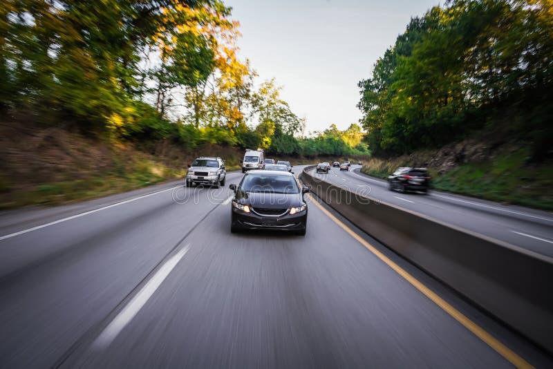 Αυτοκίνητα στη θαμπάδα κινήσεων εθνικών οδών στοκ φωτογραφία
