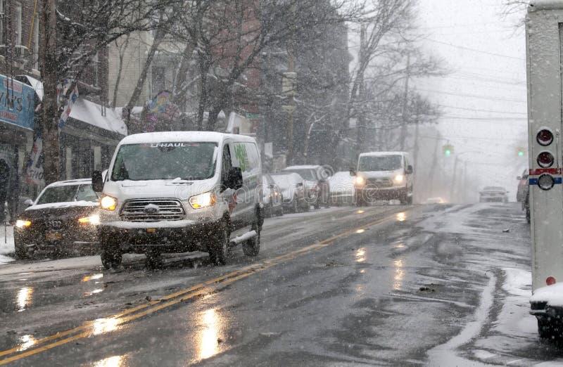 Αυτοκίνητα στη θύελλα χιονιού στη κομητεία Bronx της Νέας Υόρκης στοκ φωτογραφίες