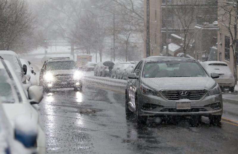 Αυτοκίνητα στη θύελλα χιονιού στη κομητεία Bronx της Νέας Υόρκης στοκ φωτογραφίες με δικαίωμα ελεύθερης χρήσης
