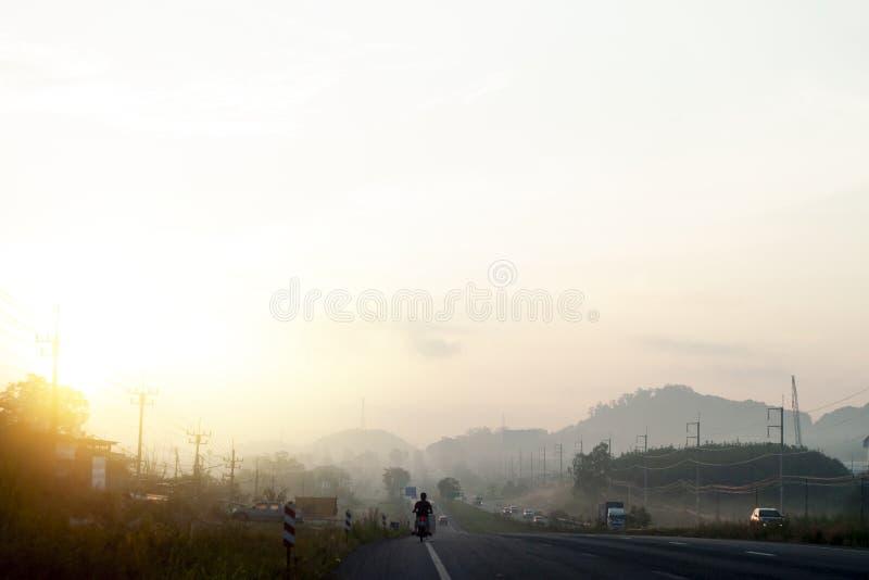 Αυτοκίνητα στο δρόμο με την ανατολή στοκ φωτογραφίες με δικαίωμα ελεύθερης χρήσης