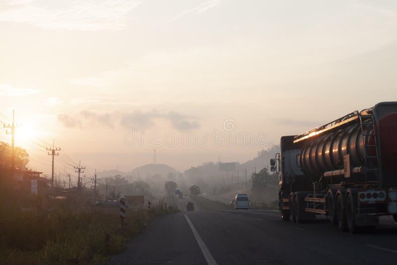 Αυτοκίνητα στο δρόμο με την ανατολή στοκ εικόνες με δικαίωμα ελεύθερης χρήσης