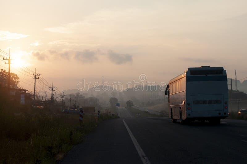 Αυτοκίνητα στο δρόμο με την ανατολή στοκ εικόνες