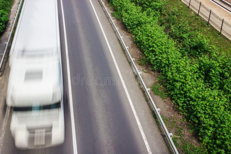 Αυτοκίνητα στο δρόμο με την κίνηση θαμπάδων στοκ εικόνα με δικαίωμα ελεύθερης χρήσης