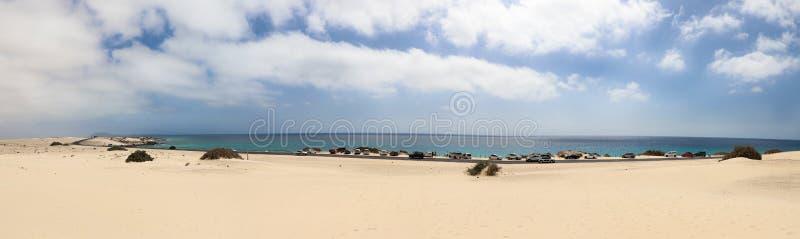 Αυτοκίνητα στο χώρο στάθμευσης στην έρημο Corralejo σε Fuerteventura, Ισπανία στοκ φωτογραφίες