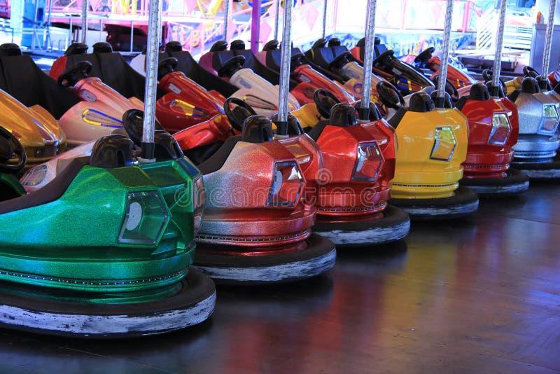 Αυτοκίνητα συγκρουόμενο αυτοκινητάκι σε μια σειρά στοκ φωτογραφία με δικαίωμα ελεύθερης χρήσης