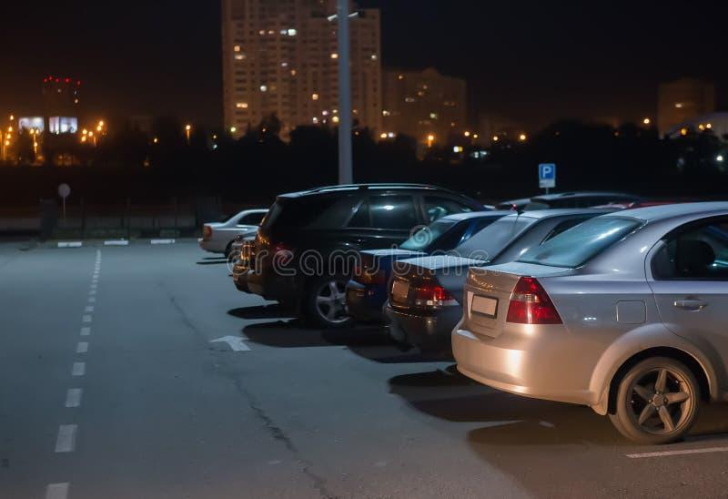 αυτοκίνητα τη νύχτα στο χώρο στάθμευσης στοκ φωτογραφία με δικαίωμα ελεύθερης χρήσης