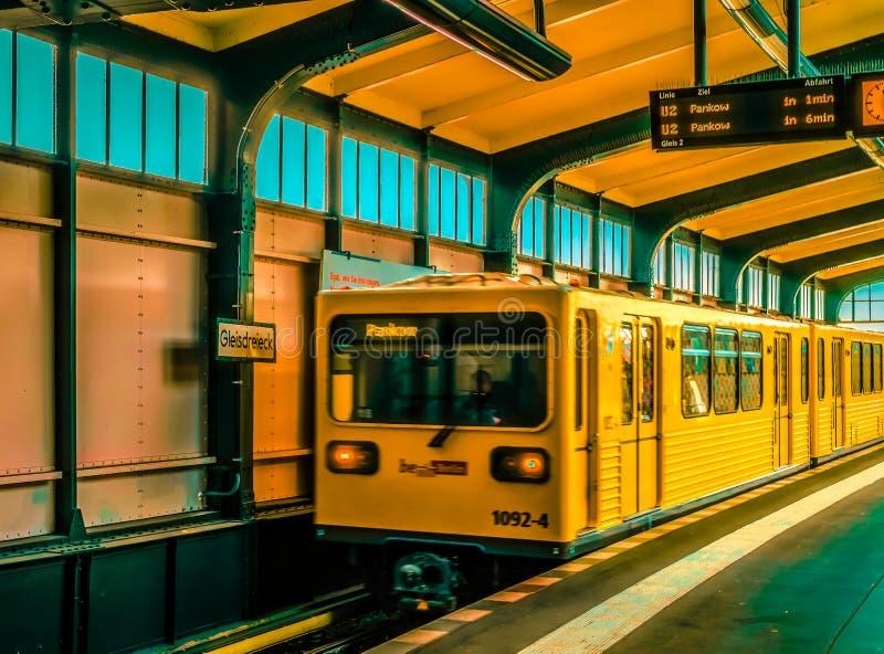 Αυτοκίνητα υπόγειων τρένων που ταξιδεύουν κατά μήκος του σταθμού στοκ εικόνα