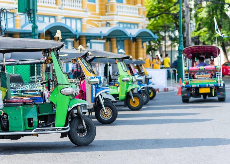 Αυτοκίνητα Tuk tuk που σταθμεύουν για τον επιβάτη τουριστών αναμονής στοκ φωτογραφία