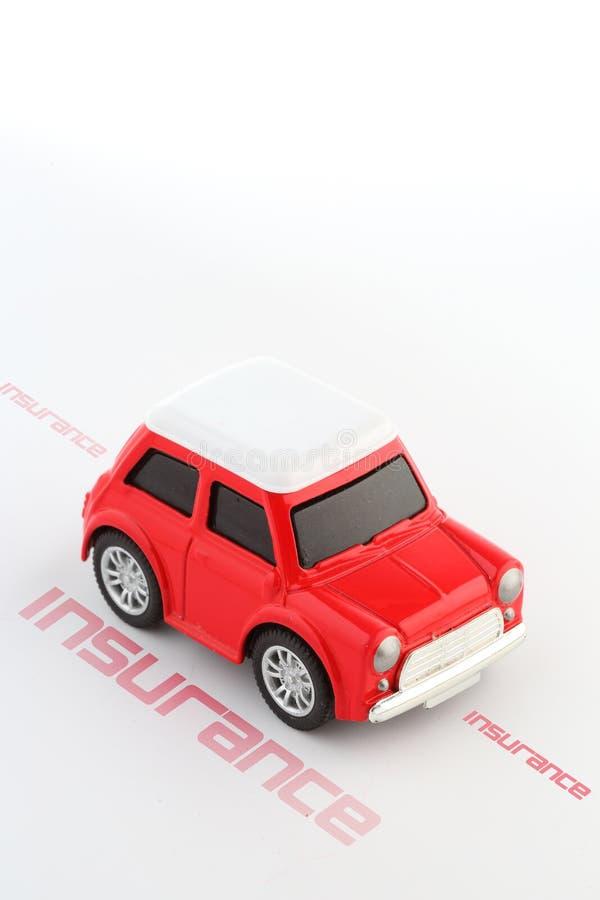 Αυτοκίνητο-ασφάλεια-απομονώνω-άσπρος-υπόβαθρο-επιστολή-παιχνίδι-αυτοκίνητο-συντριβή στοκ εικόνες